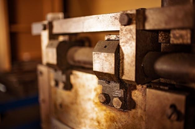 Gilotyna z bliska. stara klasyczna maszyna w stylu vintage retro część mechaniczna prasa budowlana do obróbki blachy stalowej