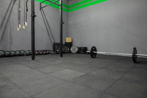 Gimnasio con equipo para hacer ejercicio de pesas