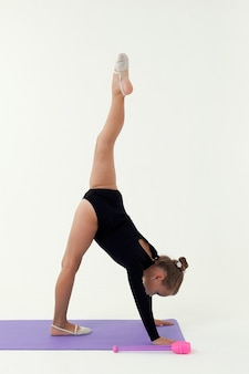 Gimnastyczka artystyczna na białym tle na białym tle