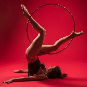 Gimnastyczka robi pozycje z obręczą