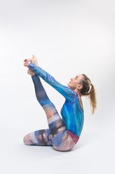 Gimnastyczka w wielokolorowych rajstopach podczas rozciągania 8