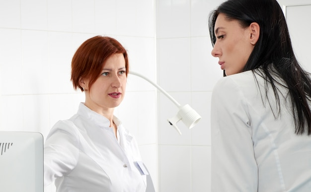Ginekolog jest gotowy do wykonania przezpochwowego usg różdżką i zbadania kobiety