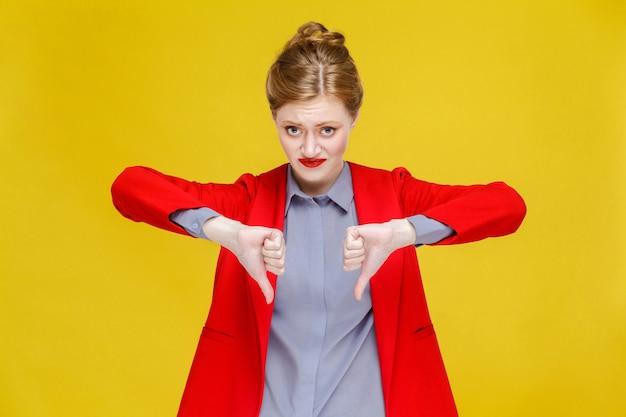 Ginger czerwona głowa biznesowa kobieta w czerwonym garniturze pokazując znak niechęci