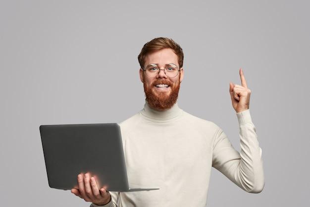 Ginger programista aplikacji skierowany w górę