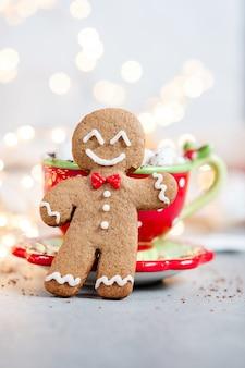 Gingerbread cookie man w gorącej czekoladzie z ptasie mleczko