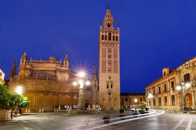 Giralda i sewilla katedra w nocy, hiszpania