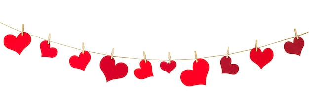 Girlanda serc na odosobnionej białej ścianie. dekoracja na walentynki