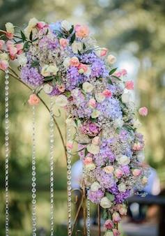 Girlanda z niebieskich hortensji i róż