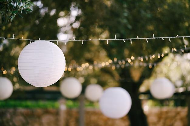 Girlanda z papierowych kulek lampionów