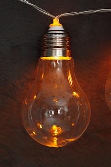 Girlanda żarówek w ciemności