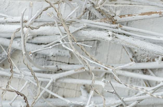 Girlandy led na białych gałęziach.