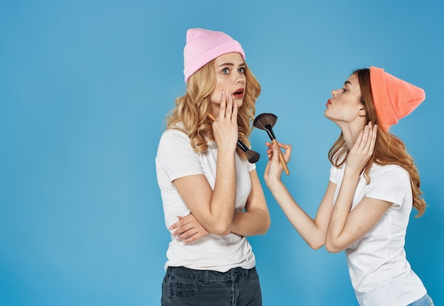 Girlfriends kosmetyki weekend glamour dekoracji przycięty widok niebieskie tło. wysokiej jakości zdjęcie