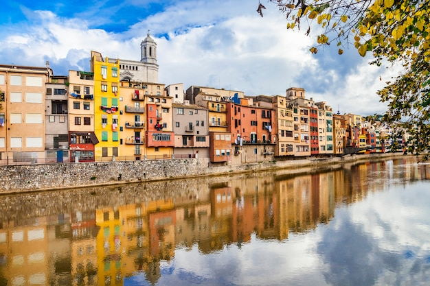 Girona - kolorowe miasteczko niedaleko barcelony, hiszpanii, katalonii