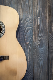 Gitara akustyczna część na tle textured deski.