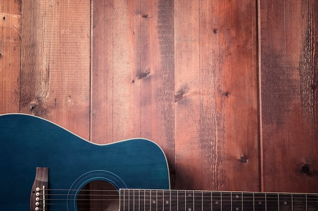 Gitara akustyczna na drewnianym stole