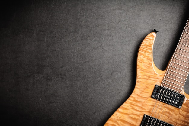 Gitara elektryczna na ciemnym rzemiennym tle
