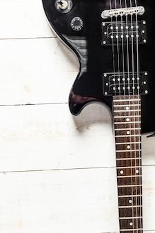 Gitara elektryczna na starej drewnianej powierzchni