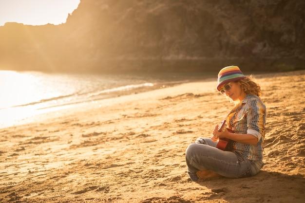 Gitara gra dziewczyna plaża relaks piosenka muzyka concept