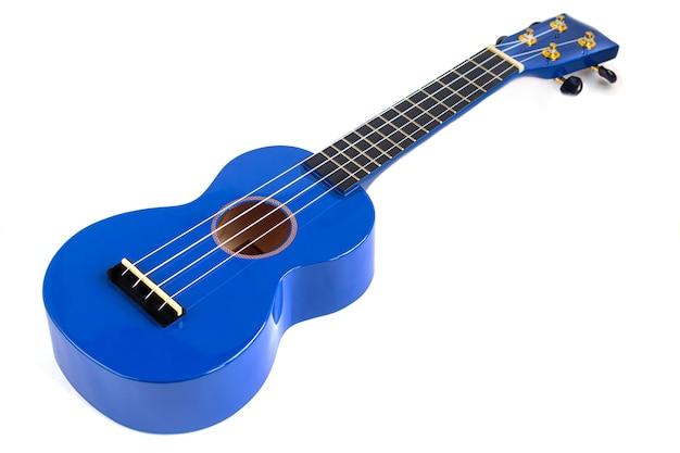 Gitara instrument muzyczny w kolorze niebieskim na białym tle. ukulele. izolować. skopiuj miejsce.