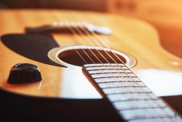 Gitara klasyczna na jasnobrązowym tle