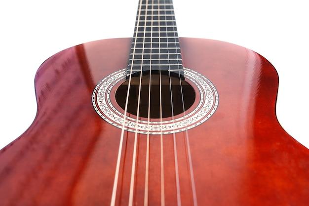 Gitara klasyczna z bliska, podstrunnica gitary klasycznej na białym tle