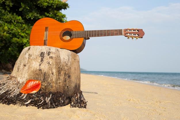 Gitara na piaszczystej plaży w pięknym lecie
