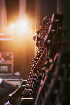 Gitary na statywie za kulisami