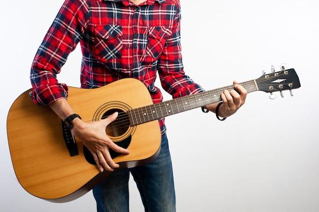 Gitarzyści, którzy kochają muzykę i są szczęśliwi. zdjęcia dla twojej firmy