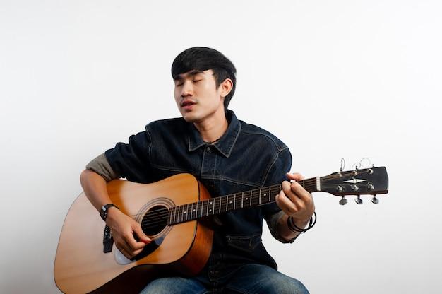 Gitarzysta akustyczny trzyma gitarę. i gra na gitarze koncepcje hobby i relaksu w czasie wolnym dla dobrej jakości życia
