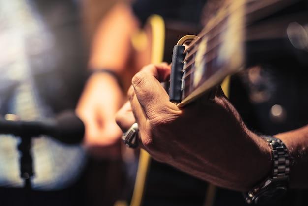 Gitarzysta akustyczny w studyjnej fotografii archiwalnej
