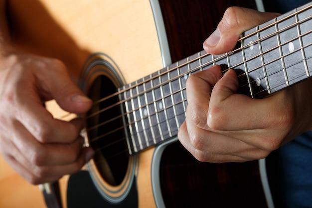 Gitarzysta akustyczny wykonujący piosenkę