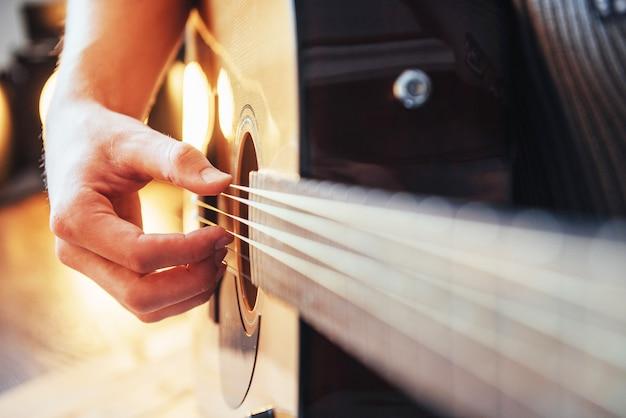 Gitarzysta bawić się gitarę na drewnianym tle