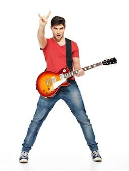 Gitarzysta mężczyzna gra na gitarze elektrycznej z jasnymi emocjami, izolować na białym tle