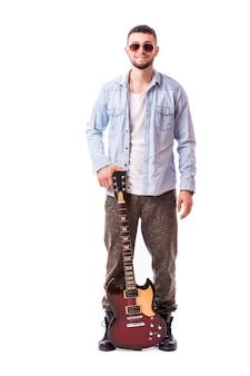 Gitarzysta mężczyzna na białym tle na białej ścianie