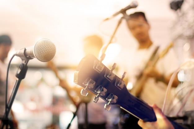 Gitarzysta na scenie dla tła, miękkiej części i plamy pojęcia
