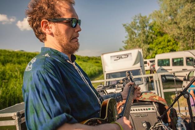 Gitarzysta przeklina na koncercie plenerowym na żywo