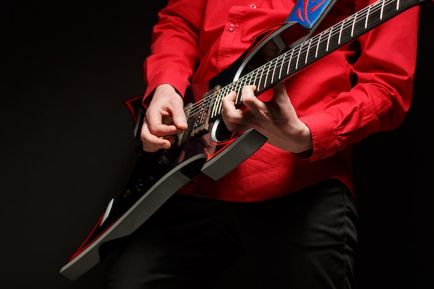 Gitarzysta rockowy gra na gitarze solo