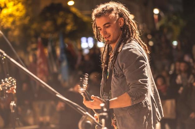 Gitarzysta rockowy gra nocą podczas koncertu