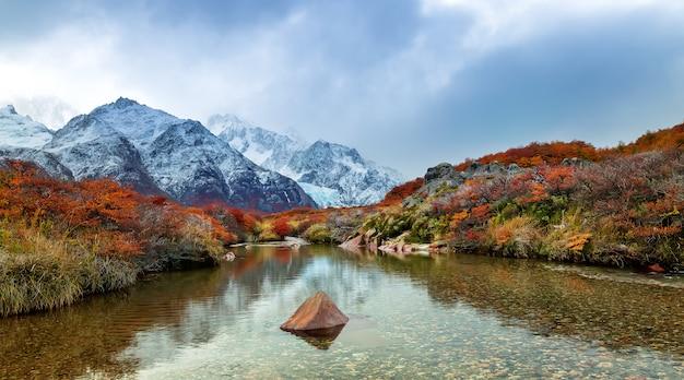 Glaciar piedras-blancas o zachodzie słońca, odbicie górskie w rzece, park narodowy los glaciares, andy, patagonia, argentyna