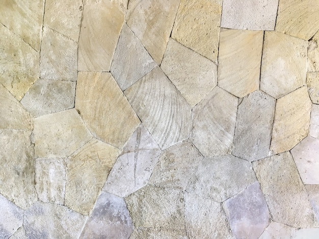 Gładka kamienna ściana ułożona w stylu mozaiki.