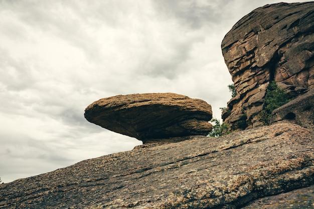 Gładka skała z fantastycznym kamieniem na górze.