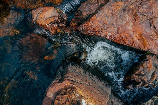 Gładkie kamienie w źródlanej wodzie