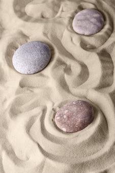 Gładkie linie na piasku i okrągłych kamieniach