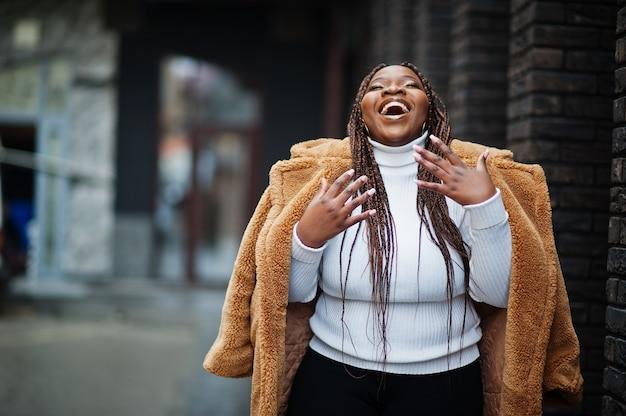 Glamorous african american kobieta w ciepłym futrze pozie na ulicy.