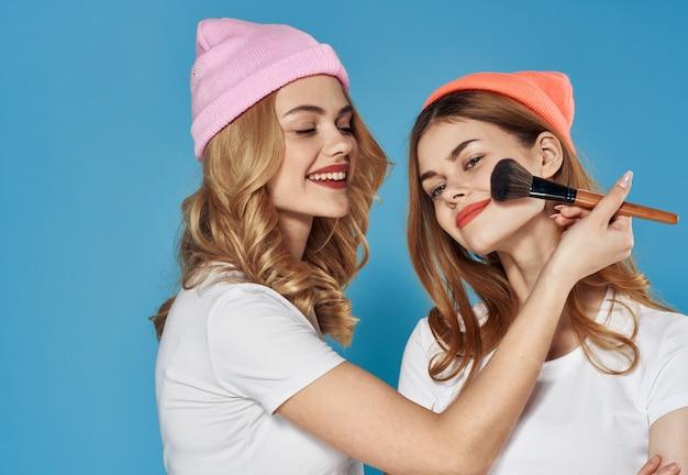 Glamorous dziewczyny w kolorowe kapelusze kosmetyki weekend styl życia z bliska