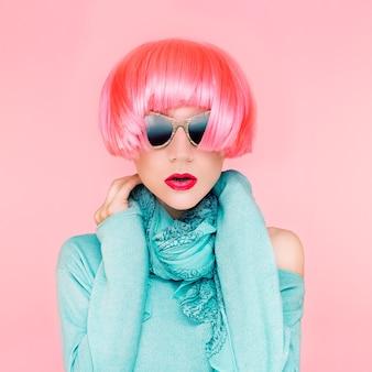 Glamorous fashion lady w różowych perukach