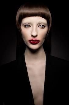 Glamorous rocznika portret pięknej młodej kobiety