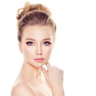Glamorous woman fashion model z elegancką fryzurą