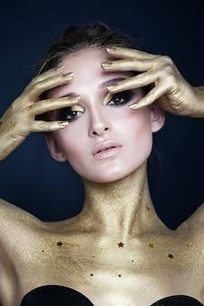 Glamorous woman makeup i luksusowa koncepcja złotej skóry