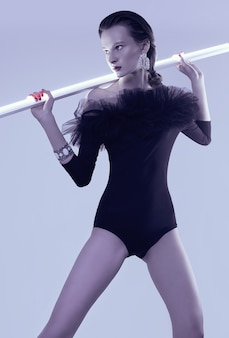 Glamour brunetka modelka w czarnym ciele z fatin